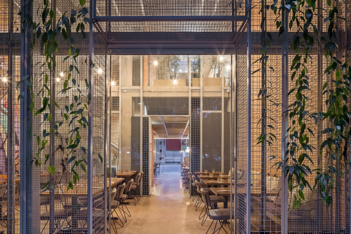 BLOCO Arquitetos presents the Authoral Restaurant , i.e., Dining in a Steel Cage Match!